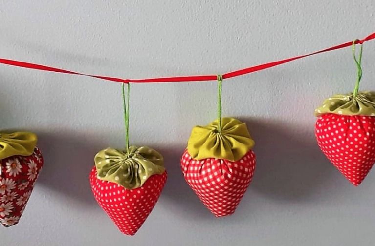 Young Quilter's Project by Julia Langley: Strawberry Summer Bunting Mini-Make